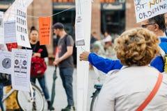 Lecture manifeste à la protestation contre des lois de macron image libre de droits