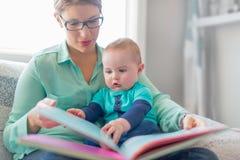 Lecture mignonne de bébé avec sa mère Image libre de droits