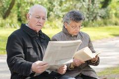 Lecture pluse âgé de couples en parc Photographie stock