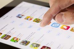 Lecture rapide d'App Store sur un iPad Image libre de droits