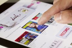 Lecture rapide du kiosque à journaux sur un iPad Images stock