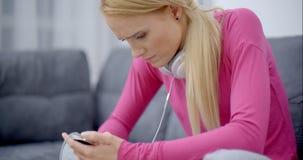 Lecture sérieuse de femme à son téléphone portable banque de vidéos