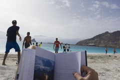 Lecture sur la plage photos stock
