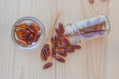 Lecytyny gel witaminy nadprograma kapsuły w filiżance, łyżce i a, Zdjęcia Royalty Free