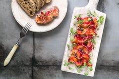 Leczący łosoś z cebulą, zieleniami i chlebem, scandinavian naczynie obraz stock