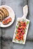 Leczący łosoś z cebulą, zieleniami i chlebem, scandinavian naczynie obrazy stock