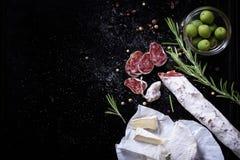 Leczący Fuet cięcie w plasterki z serem i oliwkami zdjęcie stock