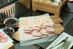 Leczący mięsny i serowy półmisek tradycyjni Hiszpańscy tapas Brea fotografia royalty free