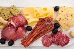 Leczący mięsny półmisek tradycyjni Hiszpańscy tapas erved na białej desce z - chorizo, salsichon, jamon serrano, lomo - obraz stock