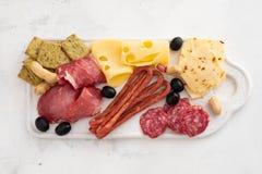 Leczący mięsny półmisek tradycyjni Hiszpańscy tapas erved na białej desce z - chorizo, salsichon, jamon serrano, lomo - zdjęcia stock
