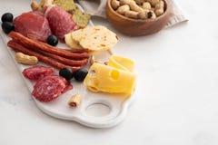 Leczący mięsny półmisek tradycyjni Hiszpańscy tapas erved na białej desce z - chorizo, salsichon, jamon serrano, lomo - fotografia stock
