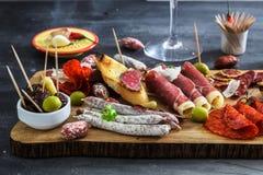 Leczący mięsny półmisek tradycyjni Hiszpańscy tapas erved na drewnianej desce z - chorizo, salsichon, jamon serrano, lomo - obrazy stock
