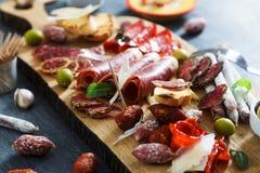 Leczący mięsny półmisek tradycyjni Hiszpańscy tapas erved na drewnianej desce z - chorizo, salsichon, jamon serrano, lomo - zdjęcie stock