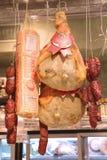 Leczący mięso, salami i sery w Włoskim sklepie, obrazy stock