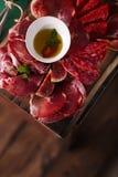 Leczący oliwa z oliwek na textured starej drewnianej stolec i mięso Zdjęcia Royalty Free