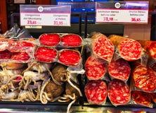 Leczący salami i, St Joseph rynek, Barcelona, Hiszpania zdjęcia royalty free