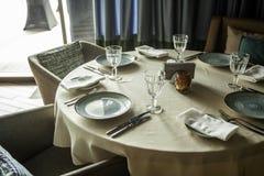 Leczący stół w restauraci, cutlery talerze z szkłami obraz stock