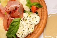 Leczący wieprzowiny plasterki, pomidor i mozzarella, fotografia royalty free