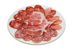 Leczący zimnego mięsa plasterki na półkowym i białym tle fotografia stock