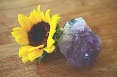 Leczniczy kryształy z słonecznika, ametysta i smokey citrine, Zatarta rocznik fotografia brać z makro- obiektywem w naturalnym oś obraz stock