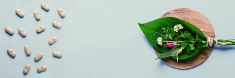 Leczniczy ziele i naturalne pastylki, butelka Pojęcie produkcja naturalni przygotowania i jedzenie nadprogramy zdjęcia stock