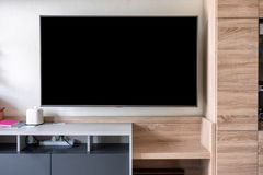 LED垂悬在墙壁上的平面屏幕电视 免版税图库摄影