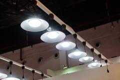 Led垂悬的照明设备在办公室 库存图片