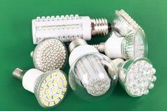 在绿色的最新的LED电灯泡 库存照片
