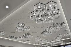 LED电灯泡的新型用于现代商业大厦装饰的 免版税库存照片