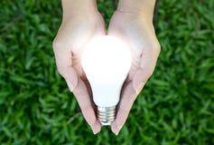 LED-Birne - Beleuchtung in unserer Hand Stockbilder