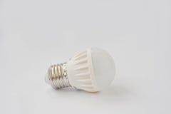 LED-Birne 60 V 6 Watt E27 auf weißem Hintergrund Lizenzfreies Stockfoto