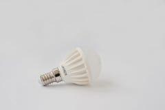 LED-Birne 60 V 6 Watt E14 auf weißem Hintergrund Lizenzfreie Stockbilder