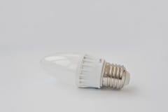 LED-Birne 60 V 6 Watt E27 auf weißem Hintergrund Lizenzfreie Stockfotografie