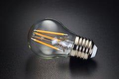LED-Fadenbirne auf Schwarzem stockbild
