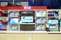 LED-Fernseh-` s für Verkauf in Hyperstar-Supermarkt Lizenzfreie Stockfotos