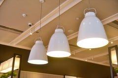 Led hängende Beleuchtung im Handelsgebäude lizenzfreie stockfotos