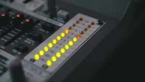 LED-Indikatorwaagerecht ausgerichtetes Signal auf dem Tonregiepult stock footage