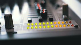 LED-Indikatorwaagerecht ausgerichtetes Signal auf dem Tonregiepult stock video footage