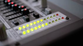 LED-Indikatorwaagerecht ausgerichtetes Signal auf dem Tonregiepult stock video
