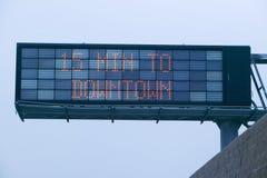 LED-Landstraßenzeichen zeigt 15 Minuten zum Stadtzentrumdarstellen an, wie viel Verkehr auf Landstraße 101, Los Angeles, Kaliforn Lizenzfreie Stockfotografie