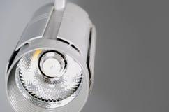 LED-Lichter, Lampe der Bahn LED Bürobeleuchtung Weiße Lampe auf einem gra Stockfoto