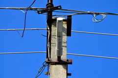 LED-Straßenbeleuchtung und Stromleitungen Lizenzfreie Stockfotografie