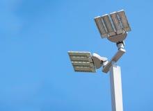 LED-Straßenlaternebeitrag auf blauem Himmel b Stockfoto