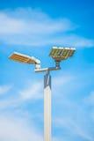 LED-Straßenlaternebeitrag auf Hintergrund des blauen Himmels Stockfotos