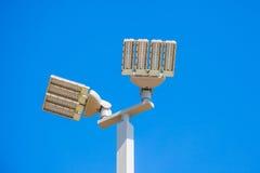 LED-Straßenlaternebeitrag auf Weiß Lizenzfreie Stockbilder