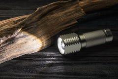 LED-Taschenlampe auf einem hölzernen Pfosten Lizenzfreie Stockfotografie