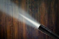 LED-Taschenlampenstrahl auf hölzernem Hintergrund Stockbild
