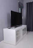 LED TV en el soporte blanco Imágenes de archivo libres de regalías