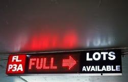 LED undertecknar den icke tillgängliga parkeringsplatsen för visningen Royaltyfria Foton