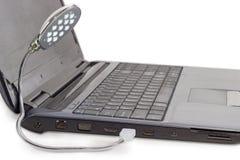 LED USB灯连接了到笔记本USB端口 免版税库存照片